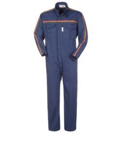 Overalls, koreanischer Kragen, elastische Handgelenke und Farbstreifen an Armen und Brust. Farbe: Marineblaue