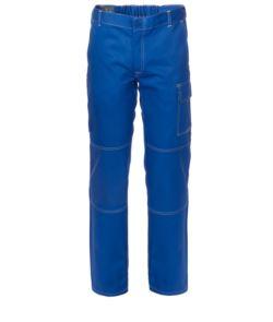 Mehrtaschenhose aus 100% Baumwolle, kontrastierende Nähte. Farbe: hellblau